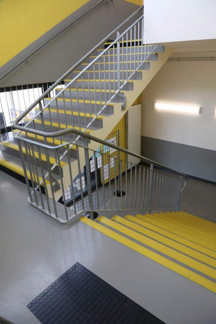 escalier en sol pvc avec marches int grales aux normes pmr dans un coll ge orl ans loiret 45. Black Bedroom Furniture Sets. Home Design Ideas